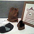 Les petits cadeaux de naissance de julie au petit nathan : pochon, chaussons et bavoir