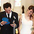 Photo des mariés à l'église, mariée en bijoux volutes