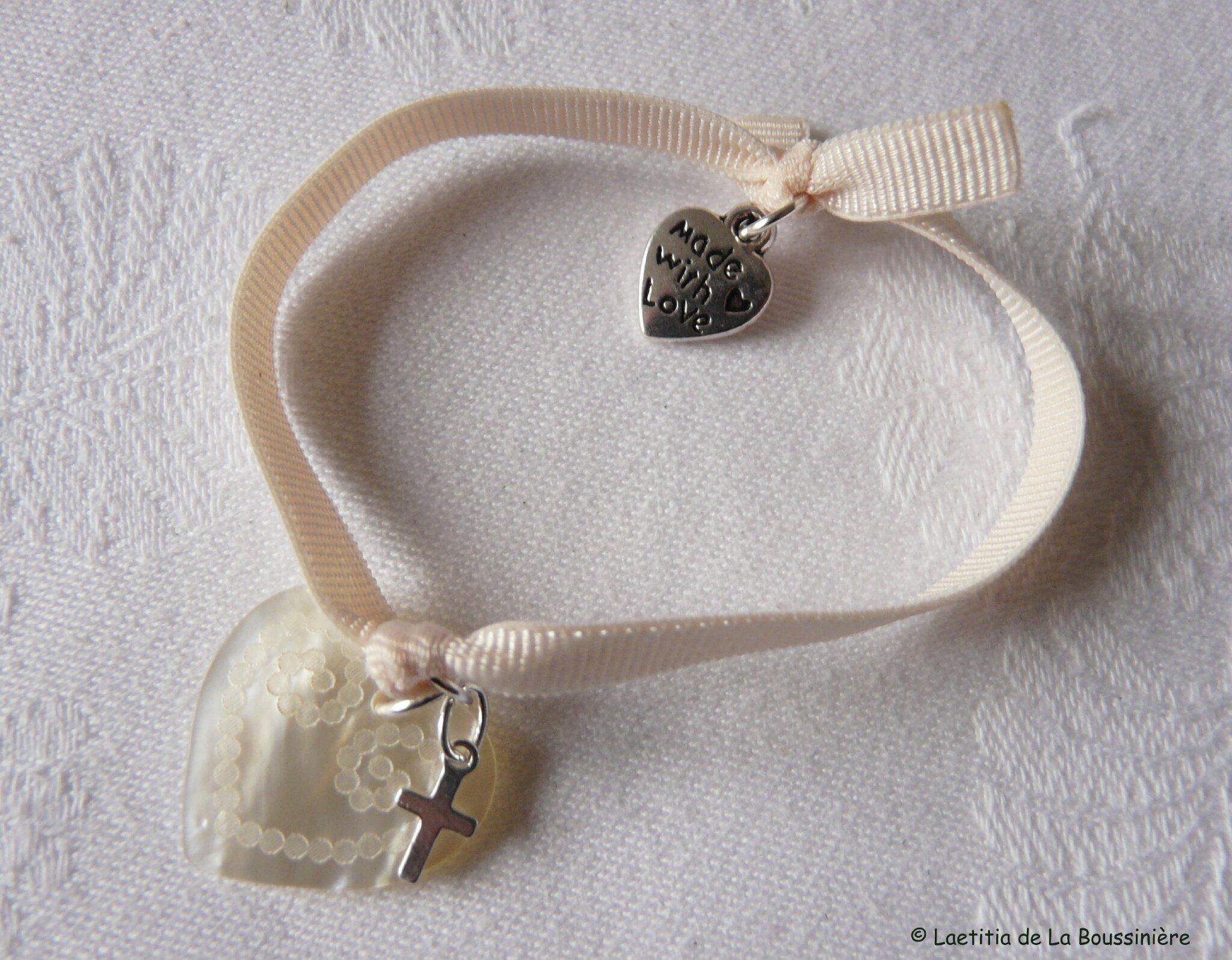 Bracelet sur ruban élastique coeur gravé en nacre et mini Croix en argent massif