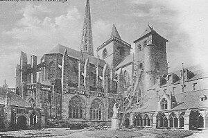 Saint Yves au milieu du Cloître
