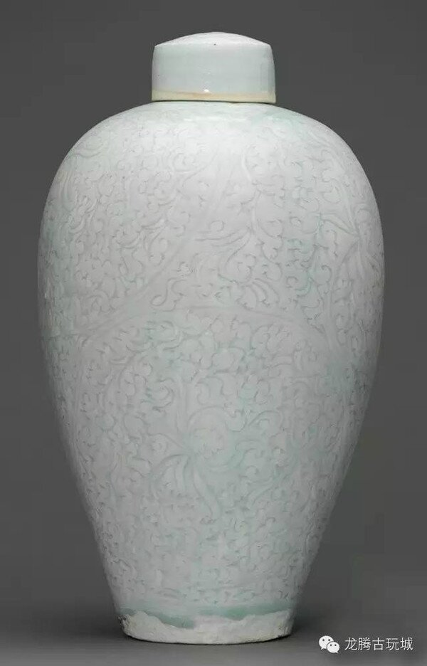 A rare large carved Qingbai meiping and cover, Southern Song dynasty (1127-1279)