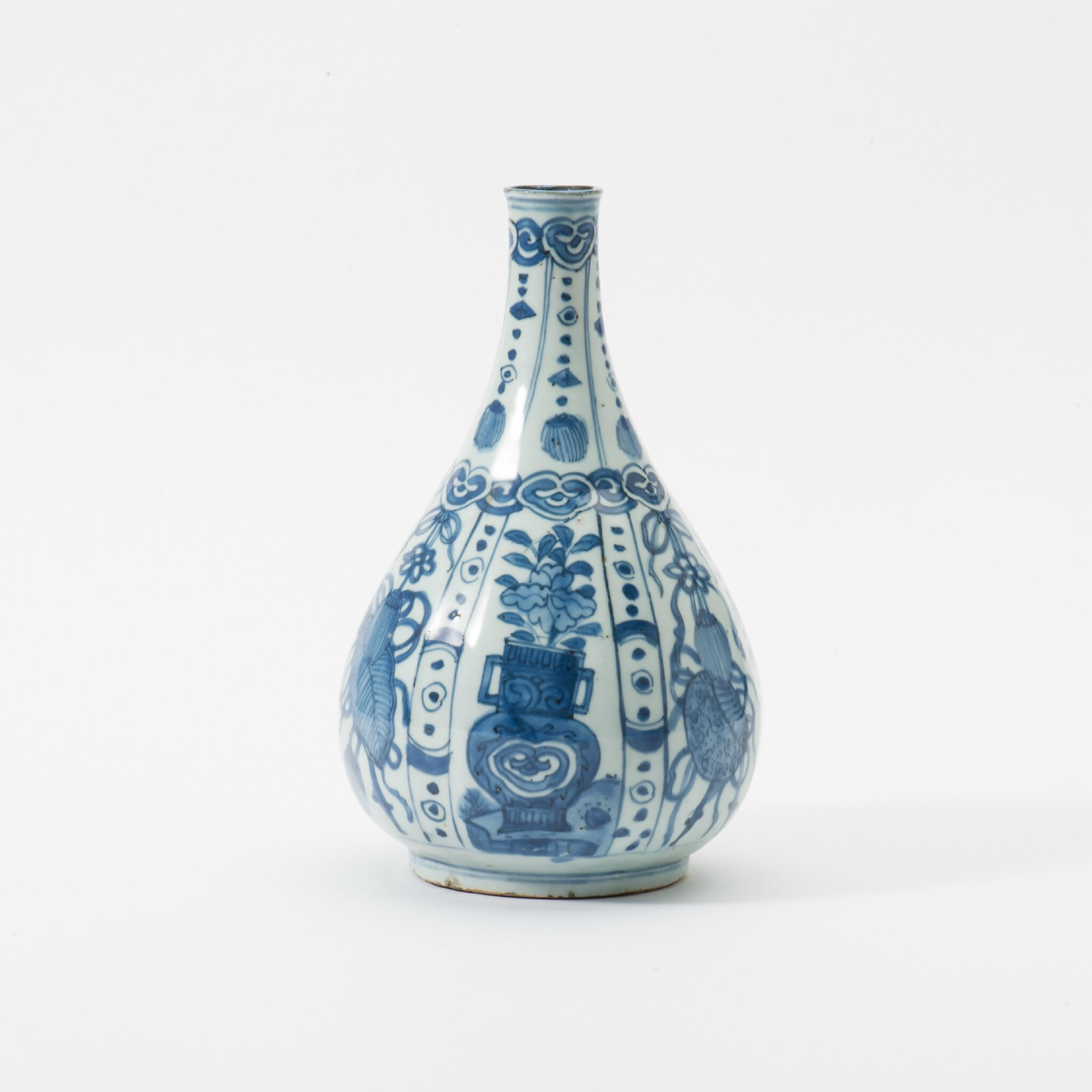 A Kraak porcelain pear-shaped bottle, Wanli period (1573-1619)