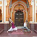 virabhadrasana devant la porte du temple de Rama