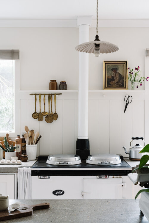 Marnie+&+Ryan+Hawson's+white+weatherboard+cottage+in+the+Macedon+Ranges,+with+white+AGA+stove