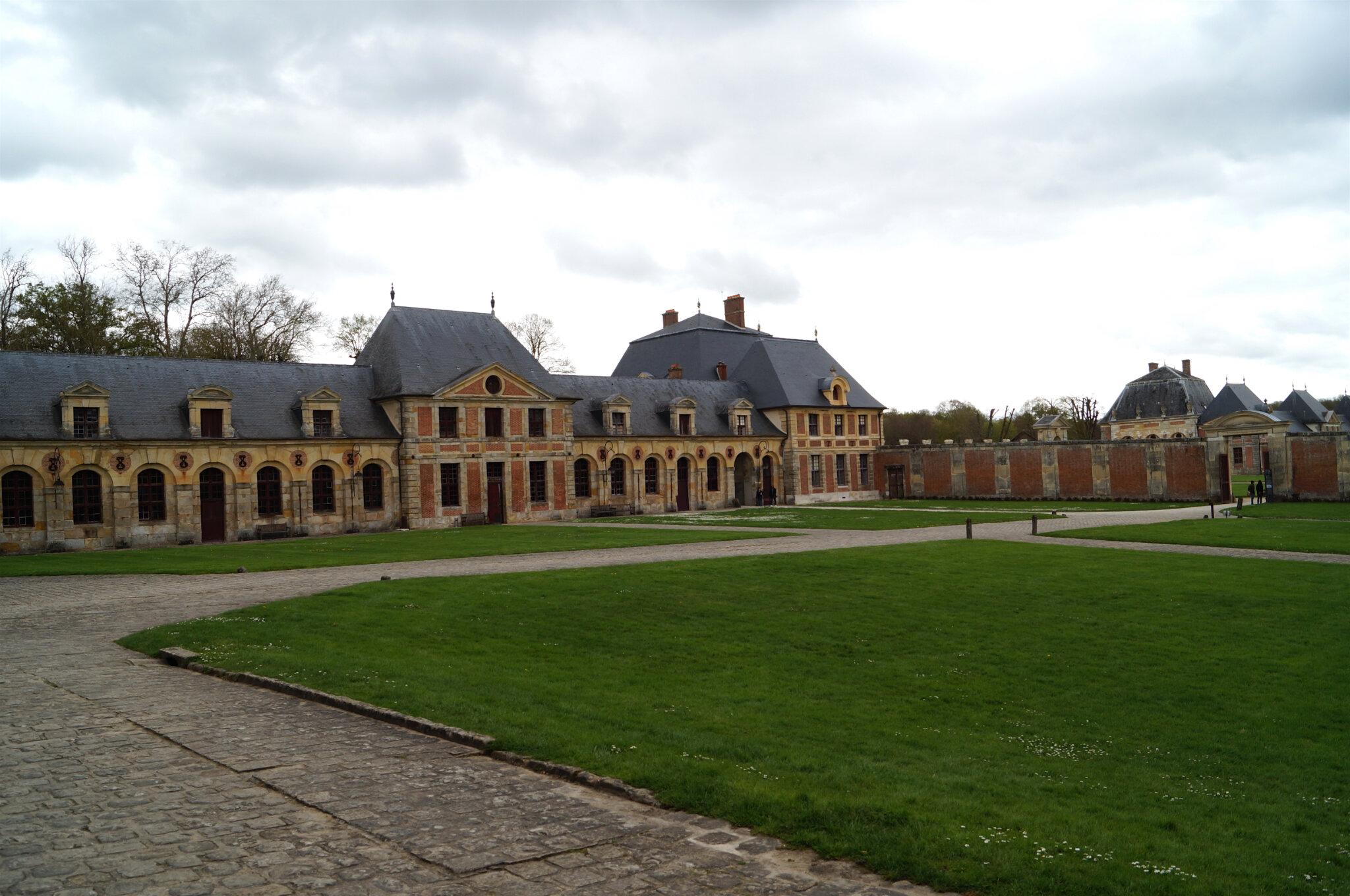 Dans Les Grandes Ecuries Du Surintendant Fouquet Au Chateau De Vaux Le Vicomte Sont Exposees Magnifiques Voitures A Cheval Anciennes Une Chaise