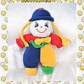 Doudou peluche poupée clown bleu jaune rouge tresses chapeau bleu noeud maxita