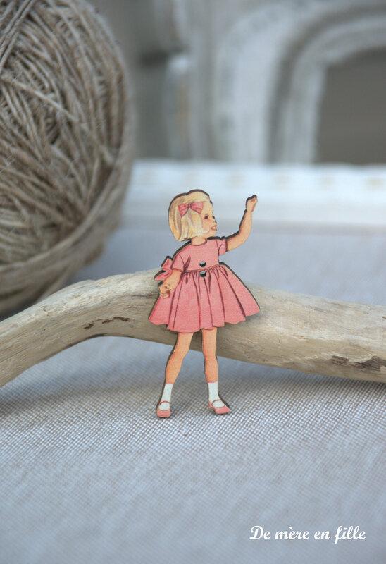 fillette blonde robe rose