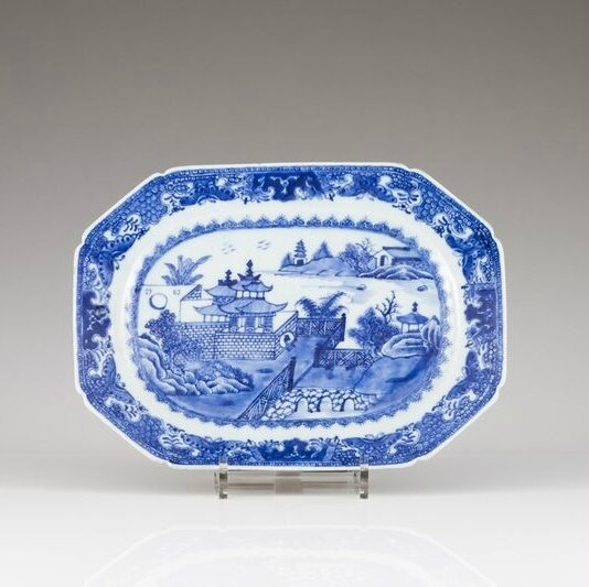 A Chinese export blue and white porcelain octogonal dish, Qianlong Period (1736-1795)