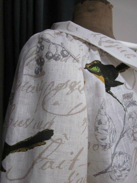 Veste BLANCHE en lin blanc cassé imprimé oiseaux fermée par un bouton de nacre (17)