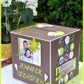Une urne, un menu, un plan de table et une déco pour un mariage en vert anis et chocolat