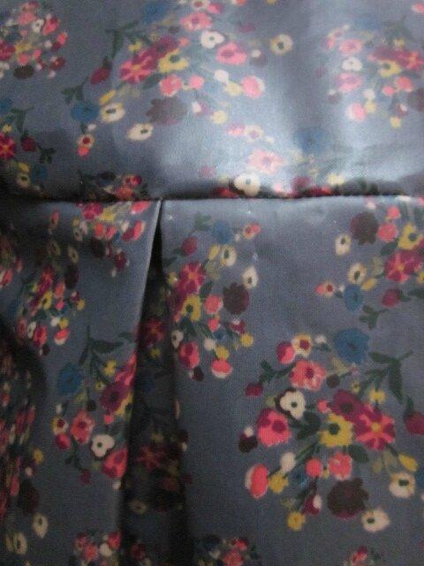 Ciré AGLAE en coton enduit gris fleuri fermé par 2 pressions dissimulés sous 2 boutons recouverts dans le même tissu (9)