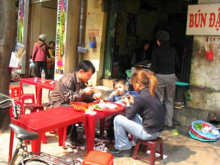 HANOI - un des nombreux restos de rue