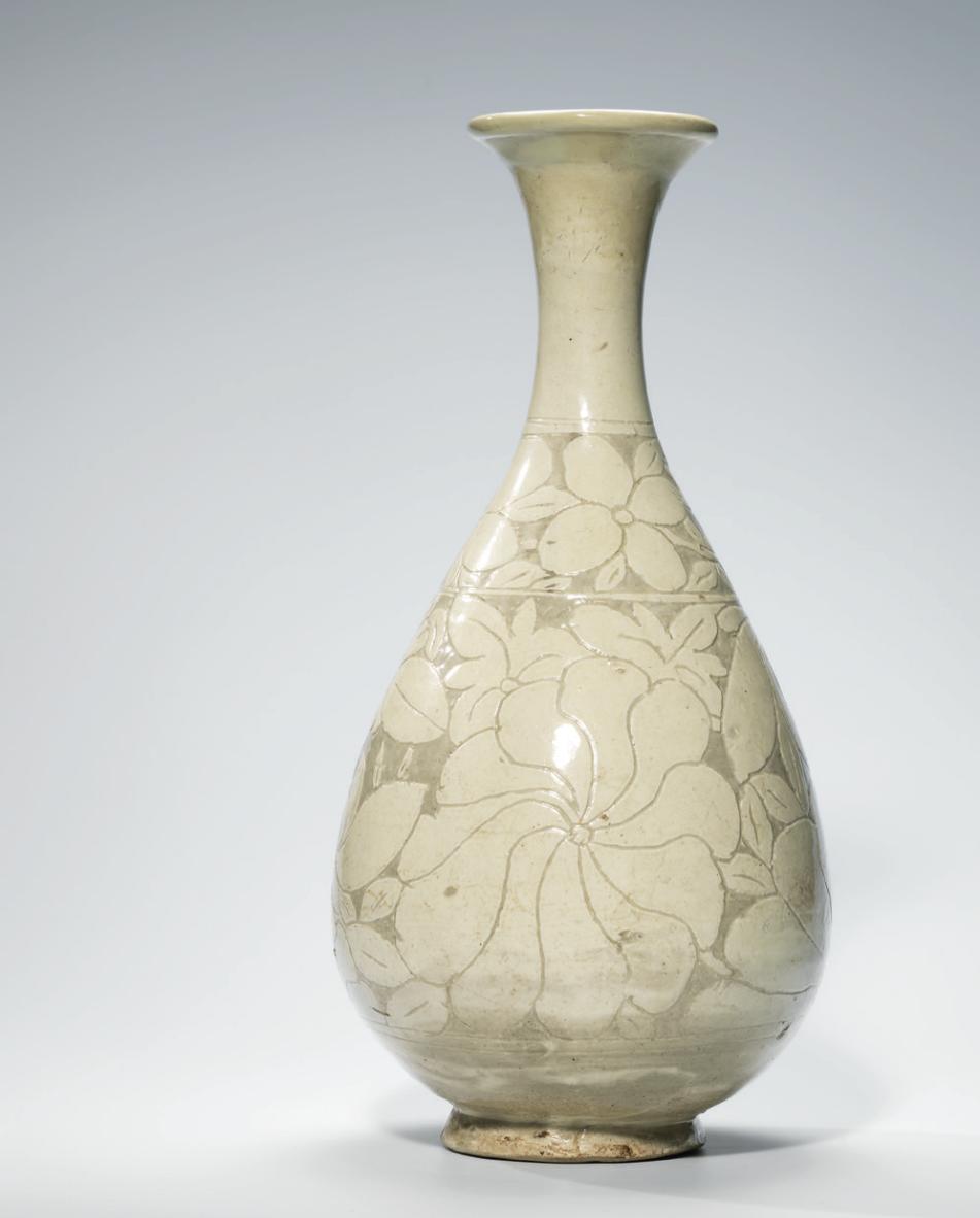 A Cizhousgraffiatowhite-glazed 'floral' pear-shaped vase,yuhuchunping,Jin dynasty (1115-1234)