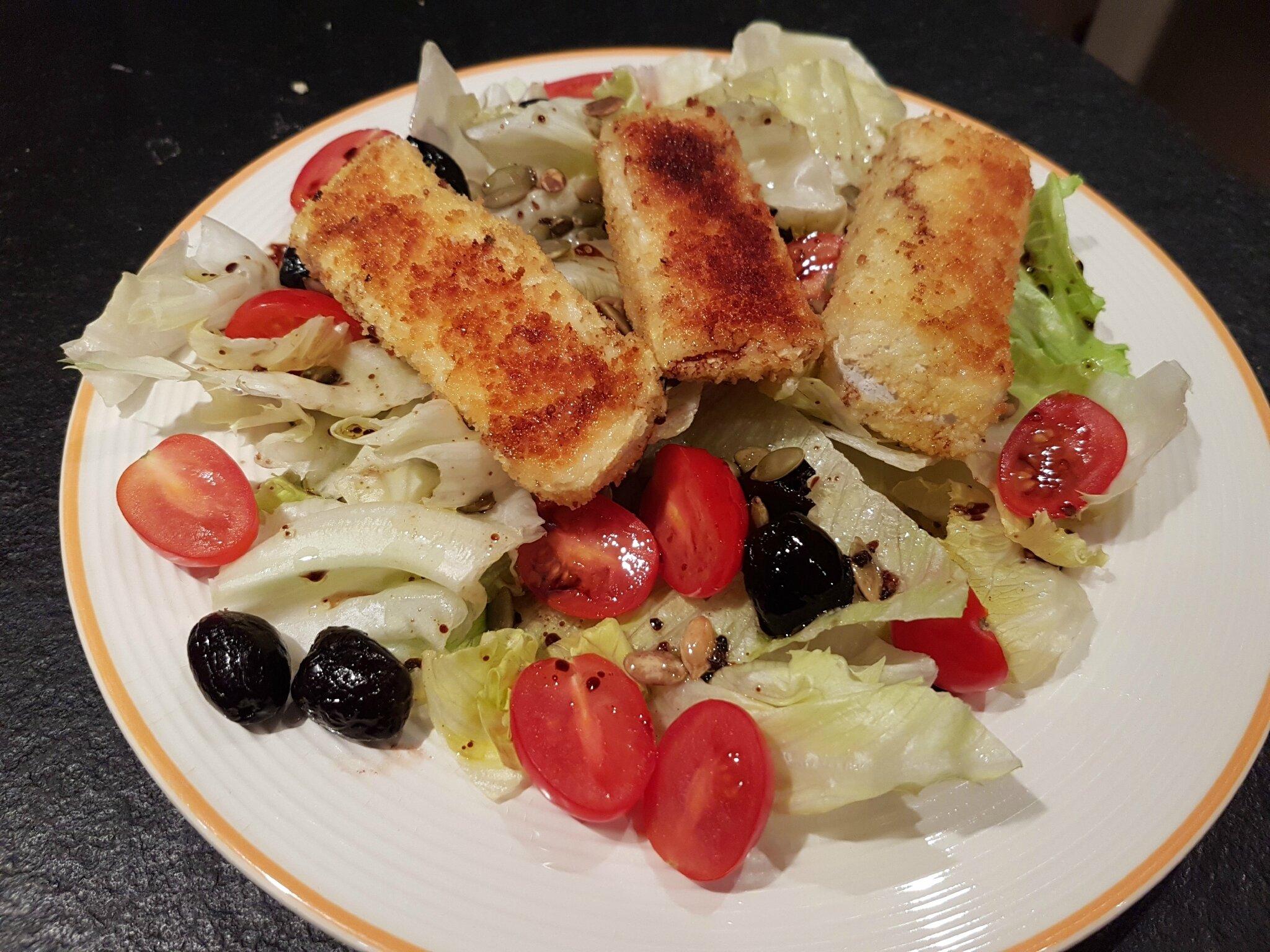 Salade au camembert pané