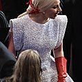Oscars 2015 : lady gaga fait le buzz avec ses gants de vaisselle