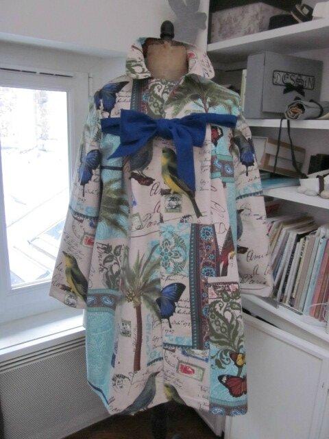 Manteau AGLAE en coton couleur lin imprimé oiseaux et papillons turquoise - Noeud de lin bleu france (2)