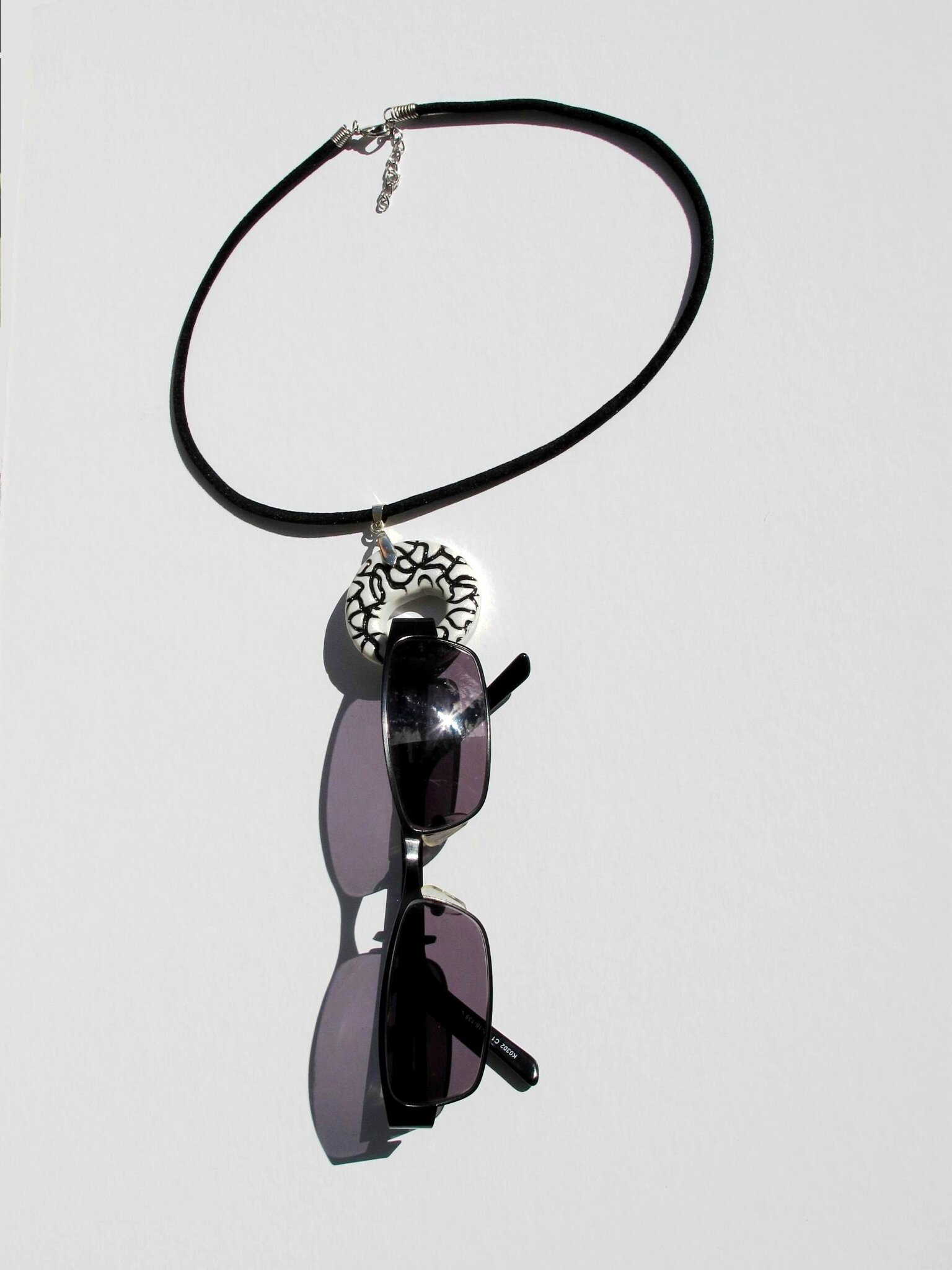 porte lunettes rond noir et blanc avec lunettes
