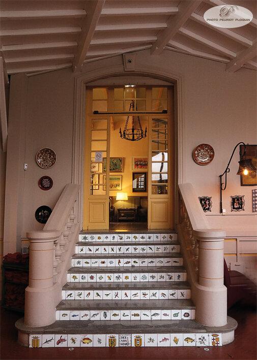 COLLIOURE_CASA_PAIRAL_escalier_descendant_vers_la_salle_des_petits_dejeuners