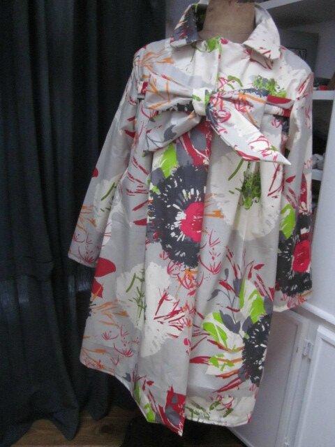 Ciré AGLAE en coton enduit gris imprimé fleuri rouge-vert-noir-orange fermé par un noeud dans le même tissu (2)