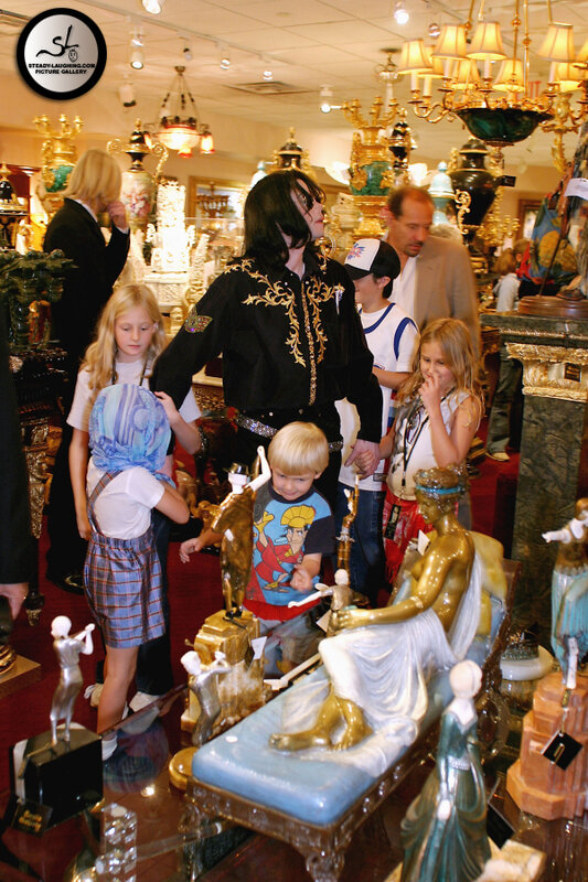 michael-jackson-shopping-spree-in-the-venetian-hotel-in-las-vegas(306)-m-14