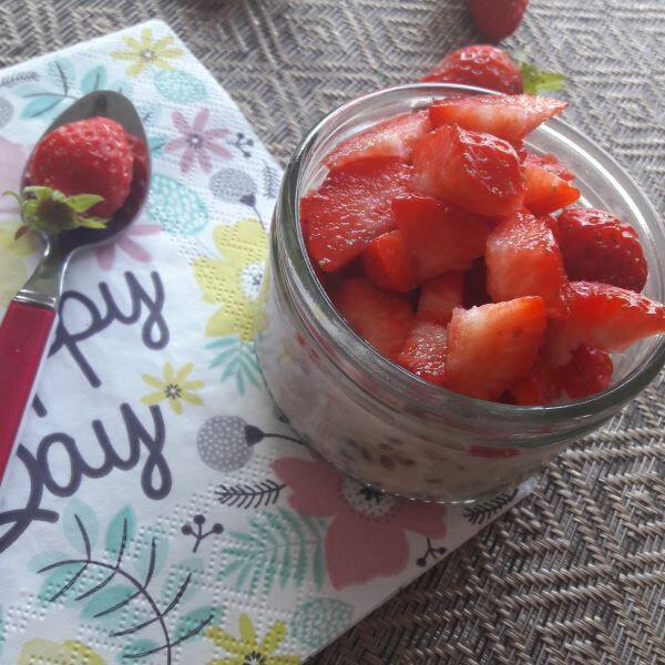 porridge aux graines de chia et fraises!