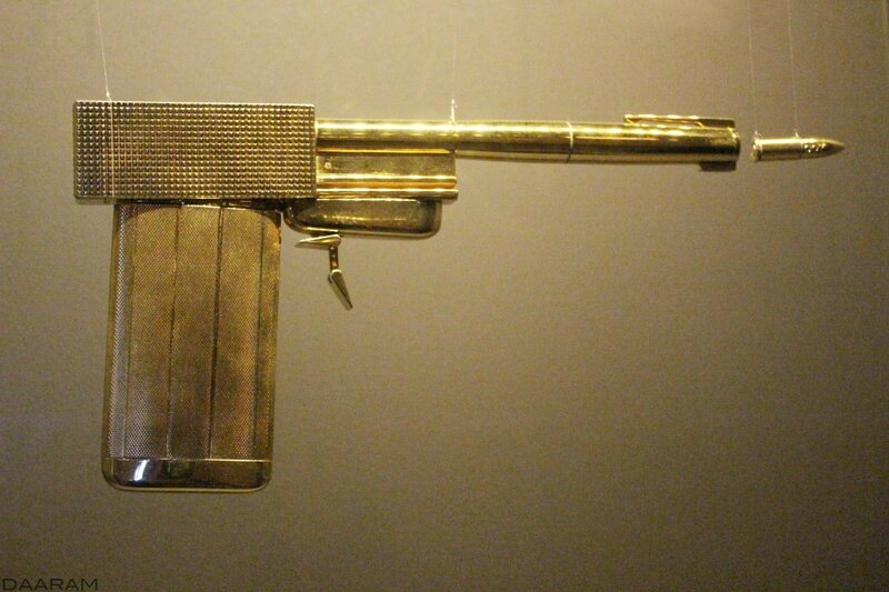 Scaramanga's golden gun created for: « The Man with the Golden Gun »1974. Photo: Olivier Daaram Jollant © 2016