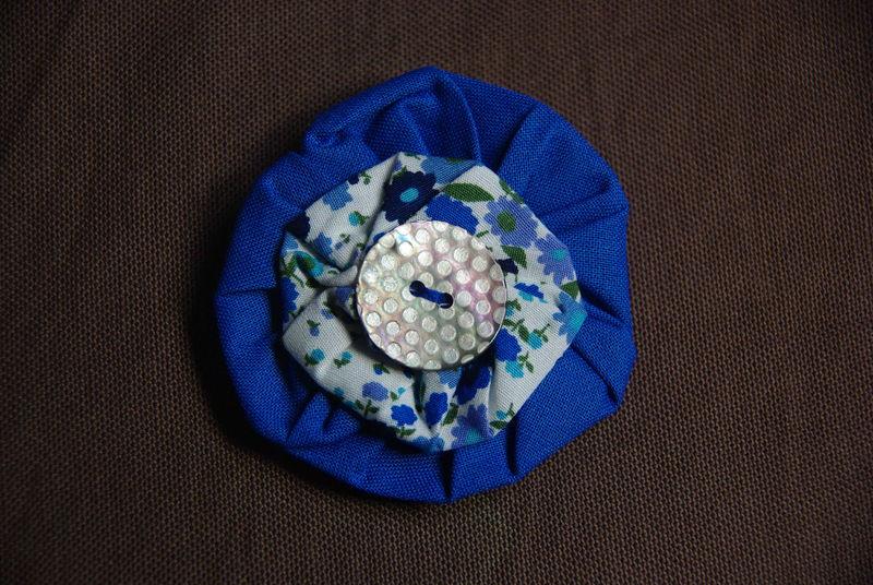 la broche bleue à fleurs