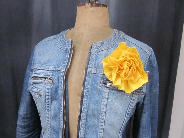 Broche fleur EVELYNE en lin jaune (2)