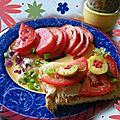 Tartine à l'hummus, tomates et olives du marché!