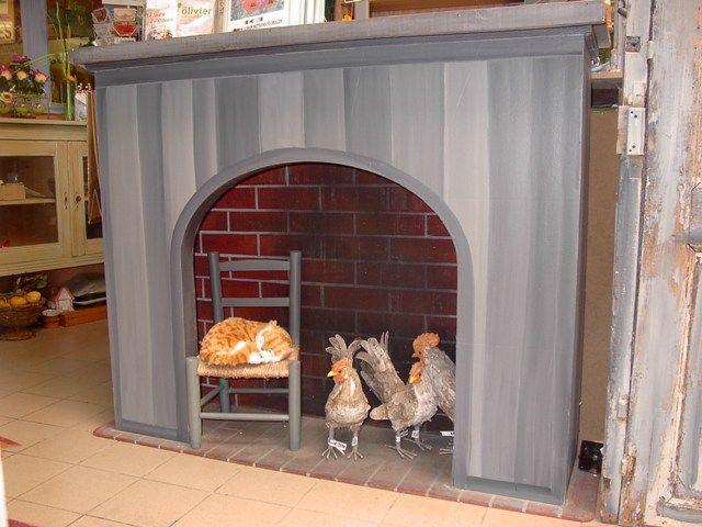 cheminée décor de magasin- création et patines de Brigitte