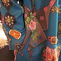 Manteau EDITH double boutonnage en polyester bleu canard imprimé - Doublure de satin turquoise - poches dnas les coutures de côtés - fermeture par 4 pressions dissumilés sous 4 boutons recouverts dans le mm tissu (3)