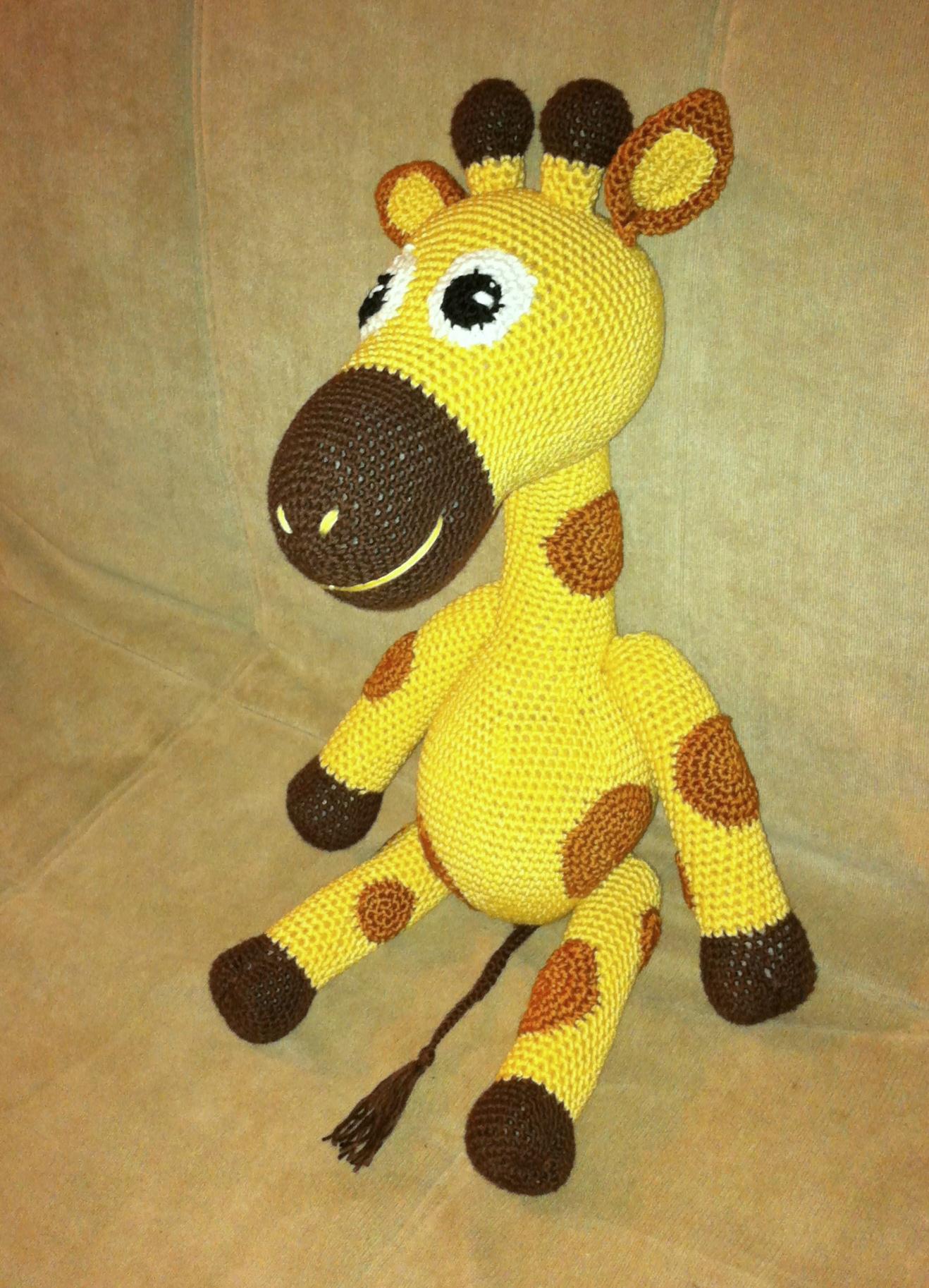 petite girafe assise profil gauche