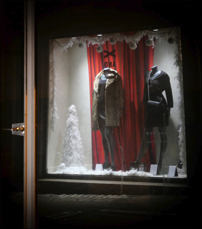 Niort nuit vitrine rouge et noire 071220