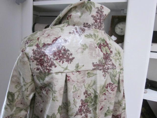 Ciré AGLAE en coton enduit couleur lin imprimé fleuri prune fermé par 2 pressions cachés par 2 gros boutons recouverts dans le même tissu (1)