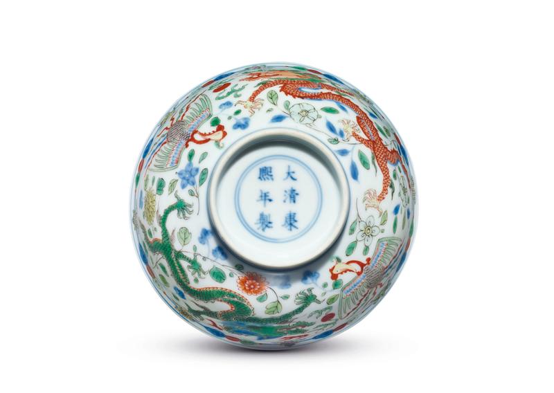 2013_HGK_03213_2116_001(a_fine_wucai_dragon_and_phoenix_bowl_kangxi_six-character_mark_within)