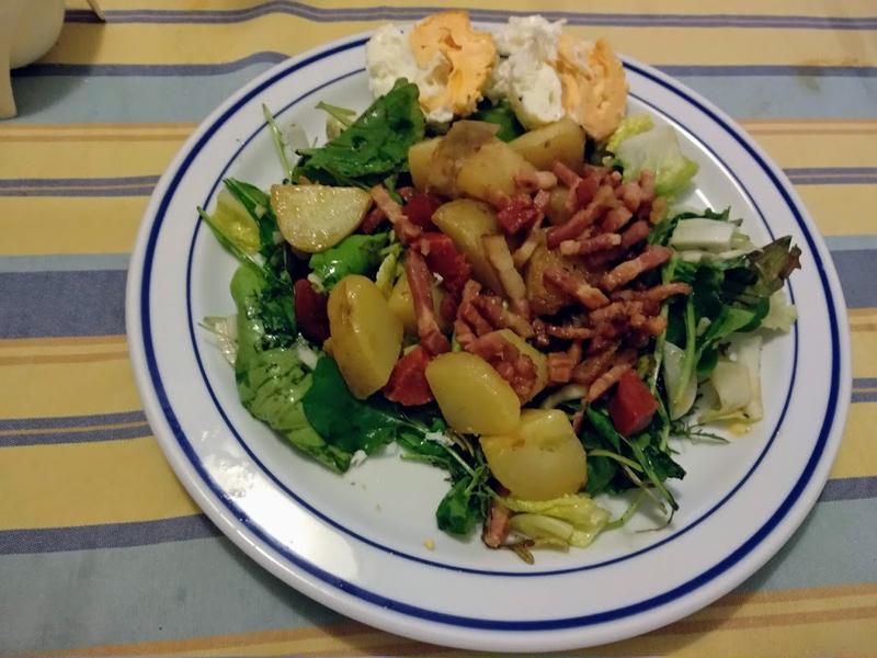 Salade de jeunes pousses aux pommes de terre et aux lardons à la vinaigrette d'échalotes