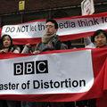 Un jeune Britannique participe à la manifestation silencieuse devant le siège de la BBC