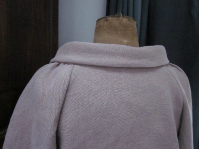 Veste en lin épais mais très souple rose buvard froncée sous un large col, manches trois quart raglan