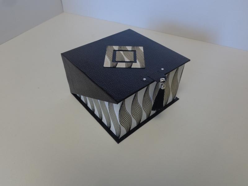 Boite carré avec couvercle rabat en biais