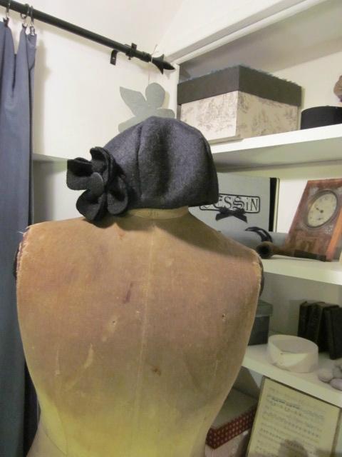 Chapeau AGLAE en laine bouillie noire avec fleur - doublure de coton noir à pois tête d'épingle blancs (3)