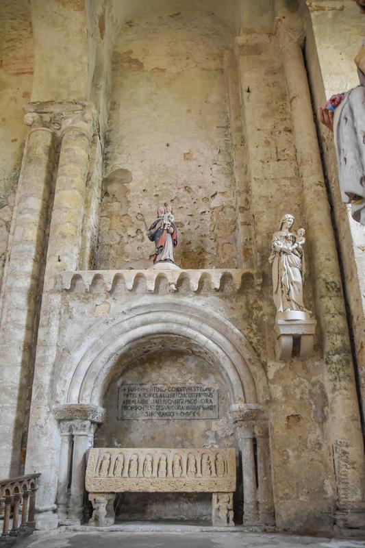 Fouille du Tombeau de Pierre, Premier abbé de l'église romane d'Airvault (1)