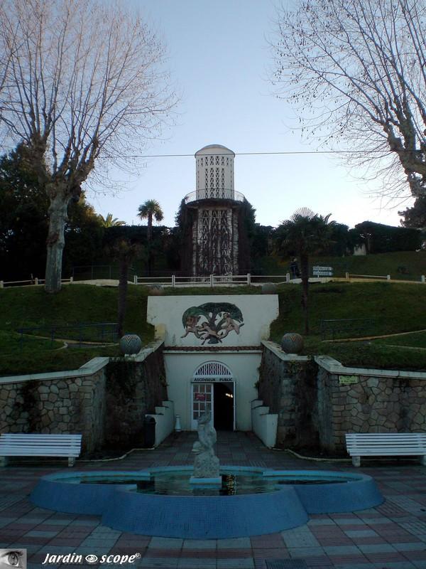Bancs en symétrie à l' entrée du jardin Moresque