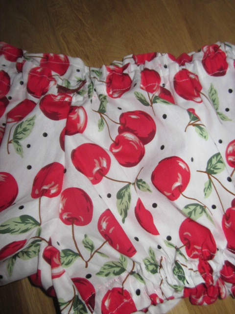 Culotte BIANCA en coton blanc imprimé cerises - noeud vichy vert et rouge (1)