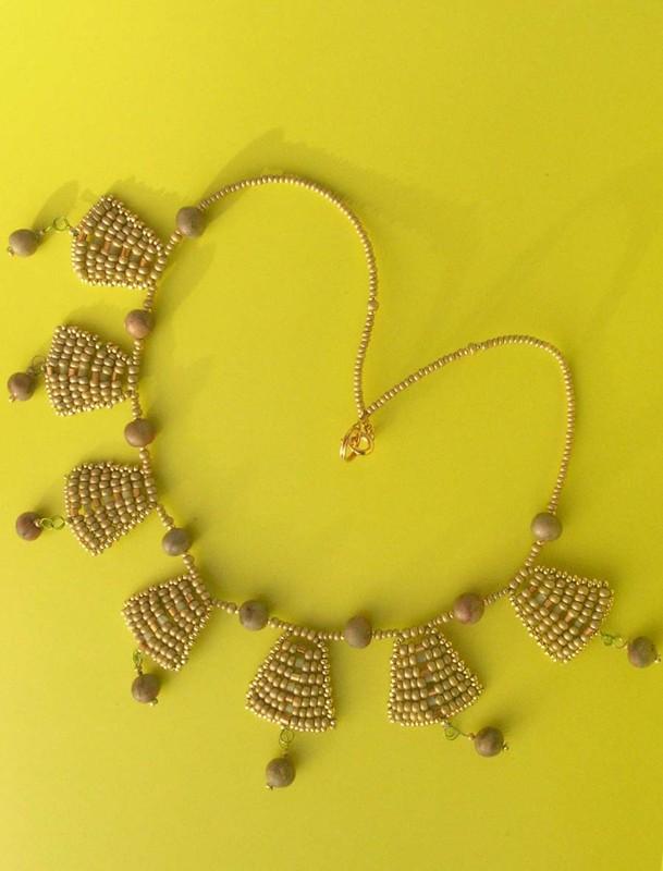 Collier tissé aux couleurs jade et vieil or