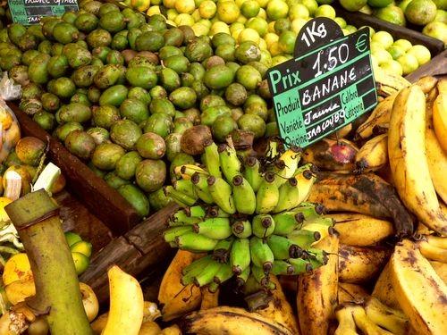 Prunes de cythère, bananes, sur le marché de Cayenne