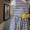 Robe OCTAVIE en coton gris imprimé oiseaux - noeud et boutons recouverts en coton jaune (19)