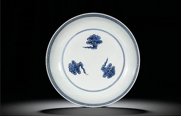 A fine and rare blue and white 'dragon' saucer dish, mark and period of Zhengde