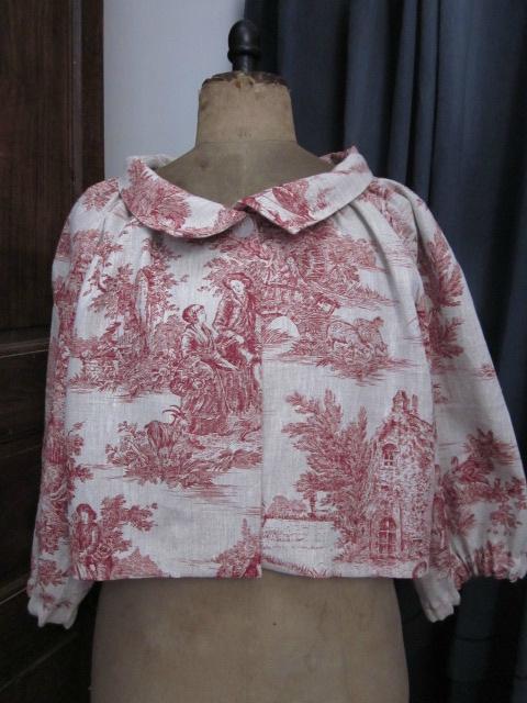 Veste BLANCHE en lin brut imprimé toile de jouy rouge fermée par un bouton de nacre (3)