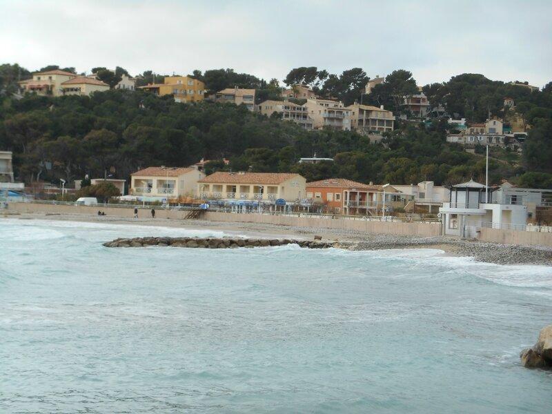 Anse du Rouet :sable et galets et école de voile