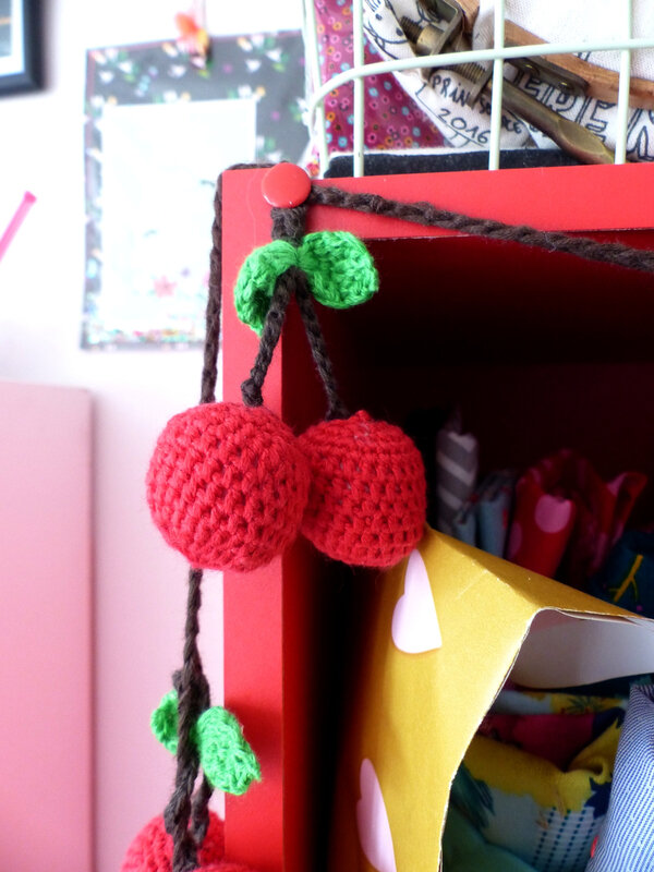 01-deco-home-appartement-blogueuse-girly-mignon-guirlande-crochet-cerise